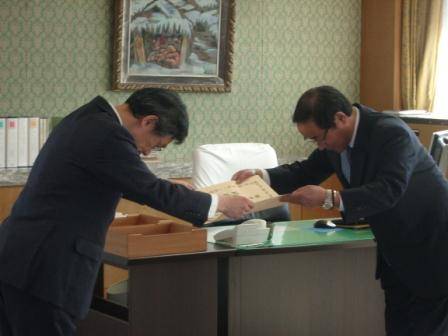 感謝状を受け取る猪俣代表取締役社長(岡田憲和局長より伝達)